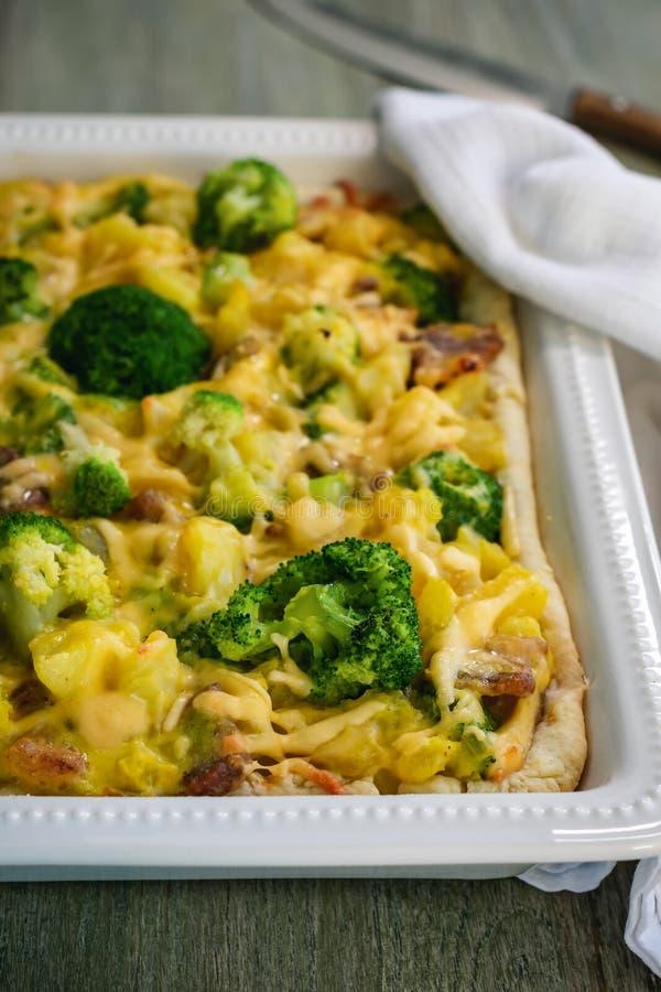 Torta com batatas, brócolis e bacon imagem de stock royalty free
