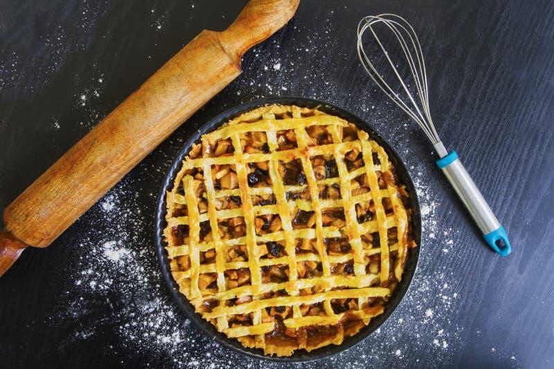 Torta com eggbeater e pino do rolo imagem de stock