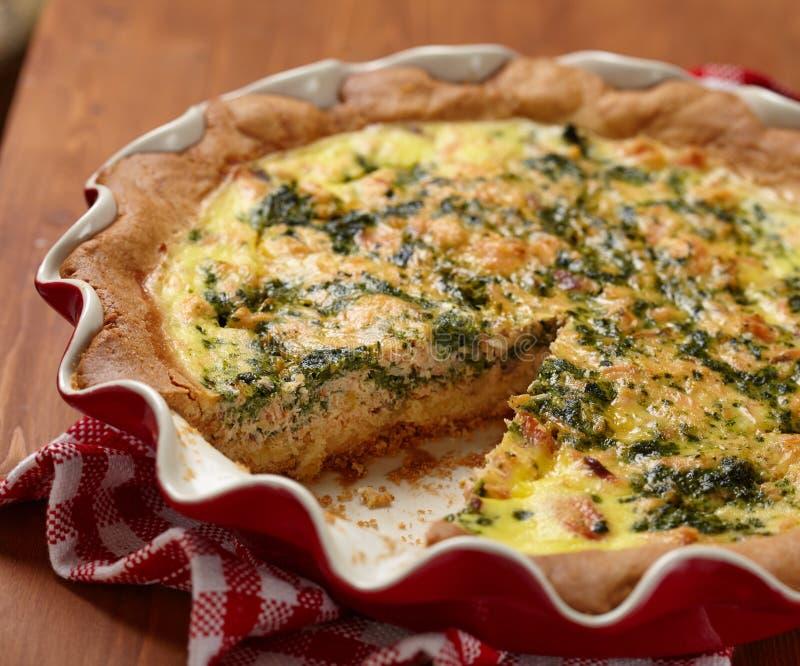 Torta com espinafres e salmões imagem de stock