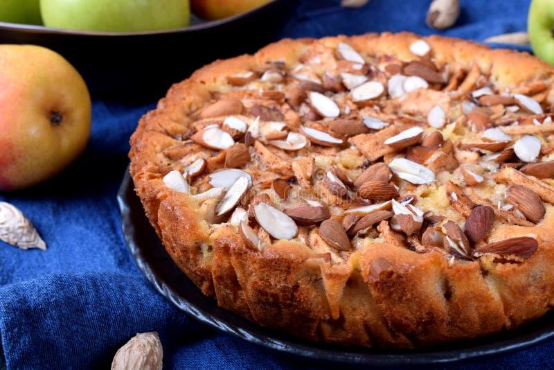 Torta com peras, maçãs e amêndoas foto de stock