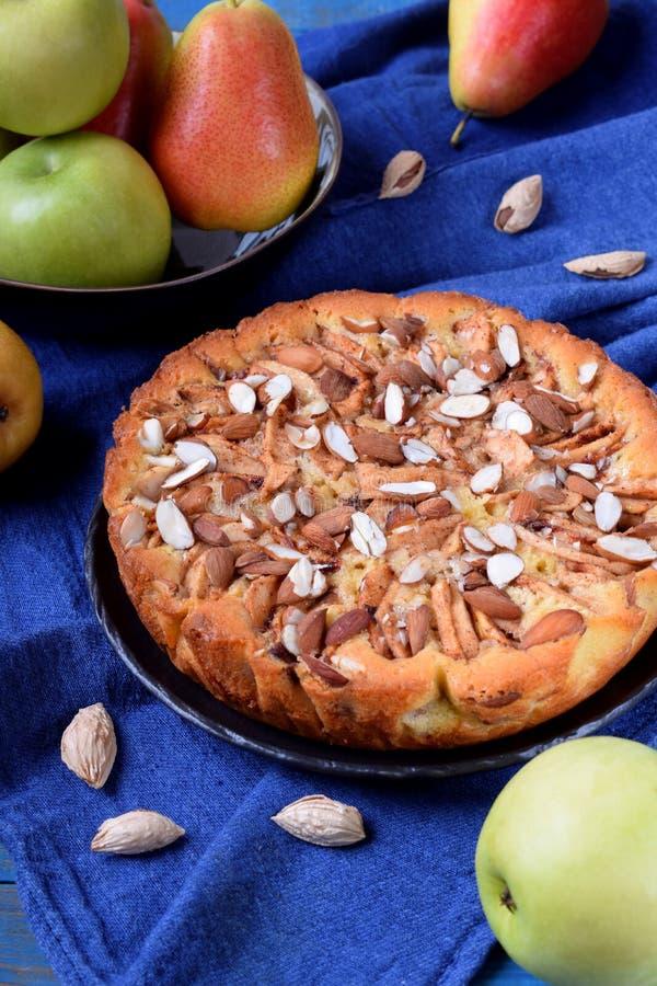 Torta com peras, maçãs e amêndoas em uma placa cerâmica preta fotografia de stock royalty free