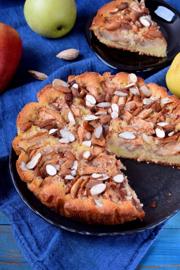 Torta com peras, maçãs e amêndoas imagens de stock