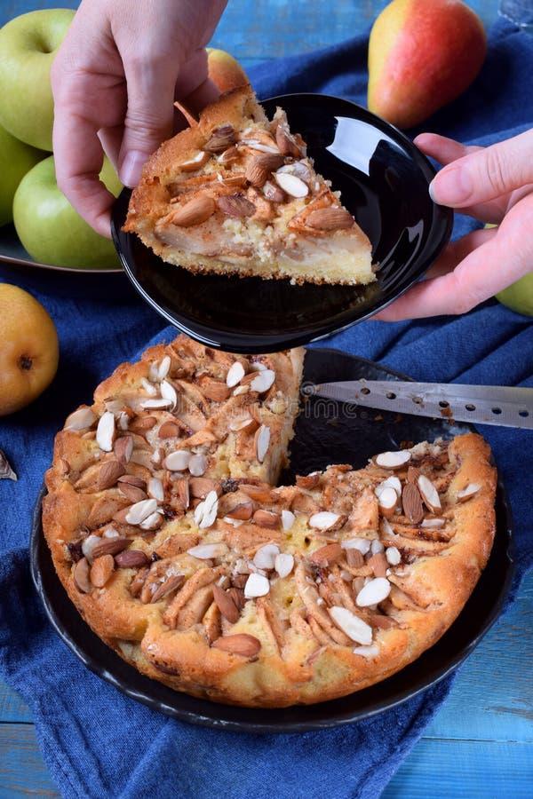 Torta com peras, maçãs e amêndoas fotografia de stock