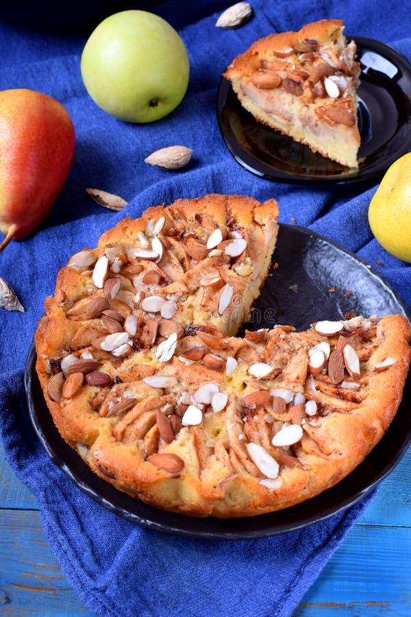 Torta com peras, maçãs e amêndoas fotos de stock