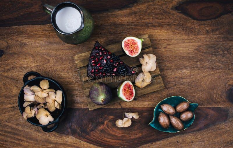 Torta com sementes do chia, quinoa do vegetariano, abacate fotografia de stock