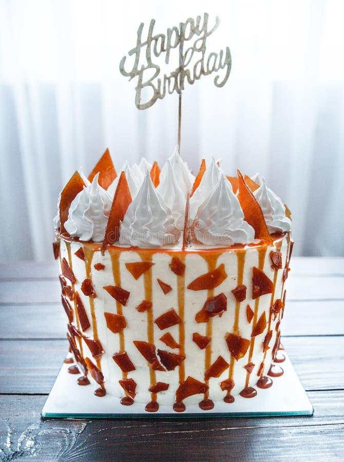 Torta con caramelo y crema azotada imágenes de archivo libres de regalías