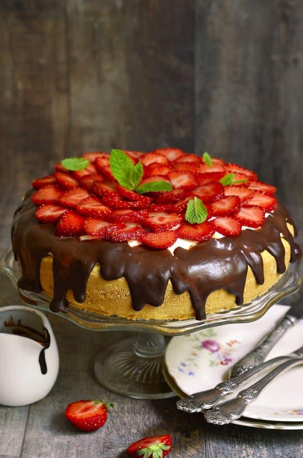 Torta con crema agria y la fresa foto de archivo