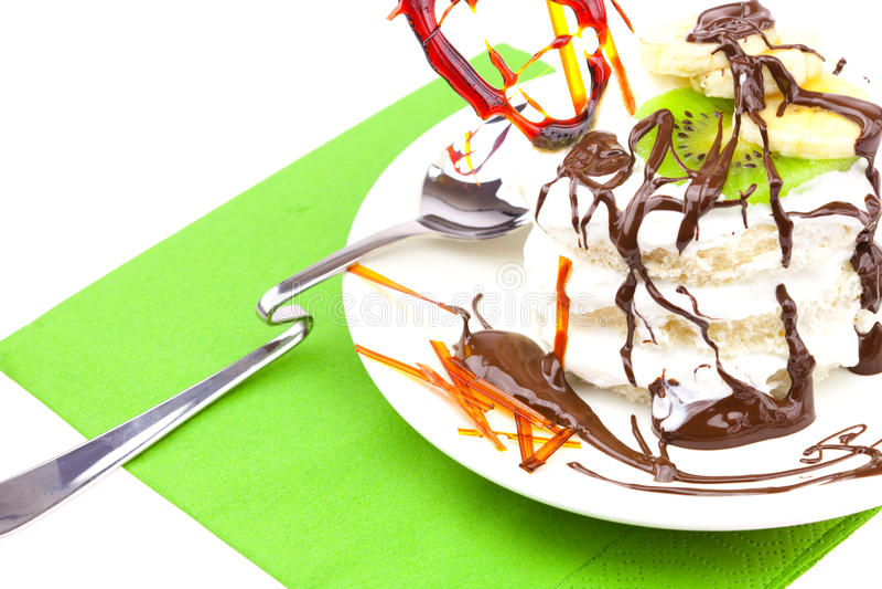 Torta con el corazón azotado de la crema y del caramelo imagen de archivo libre de regalías