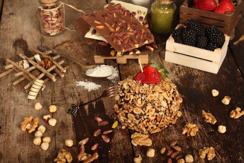 Torta con el postre Nuts del chocolate y de la fresa fotografía de archivo libre de regalías