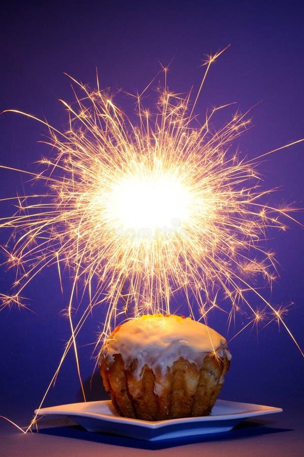 Torta con el sparkler foto de archivo libre de regalías