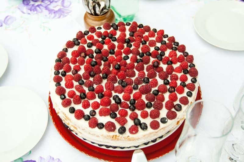 Torta con la fruta colorida imagen de archivo libre de regalías
