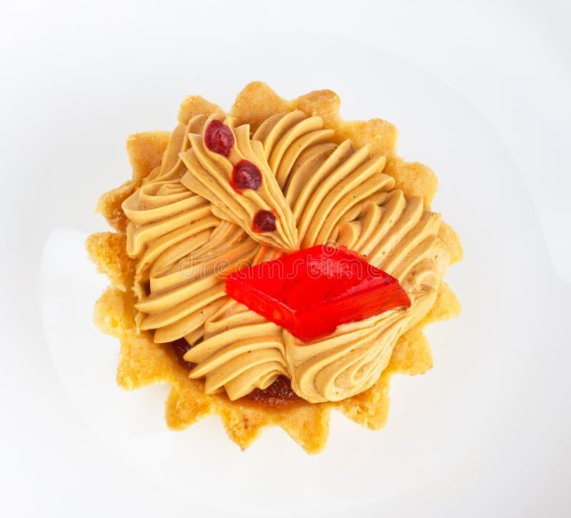 Torta con la gelatina di frutta sul piatto bianco fotografia stock