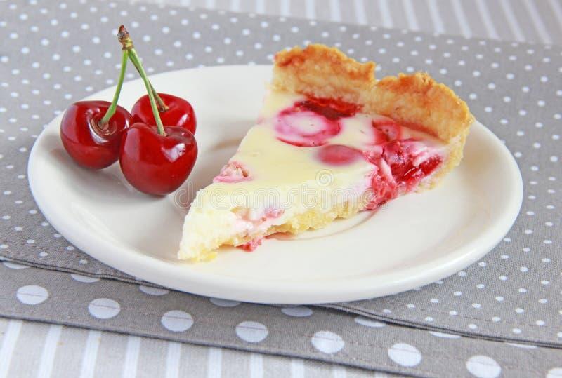 Torta con las fresas, las cerezas y la crema foto de archivo