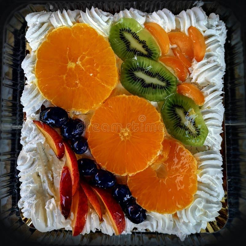 Torta con las frutas y la crema azotada fotos de archivo libres de regalías