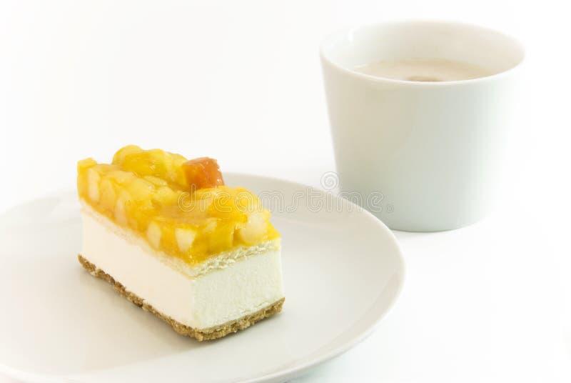 Torta con sabor a fruta de la cuajada con la configuración del café imagenes de archivo