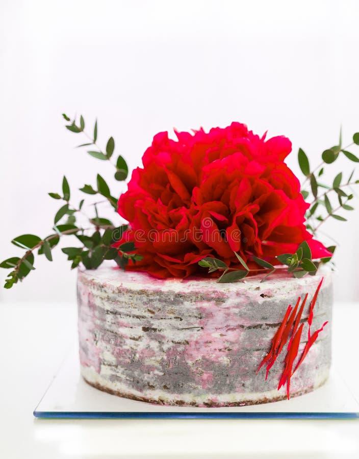 Torta con una decoración grande de la flor imagenes de archivo