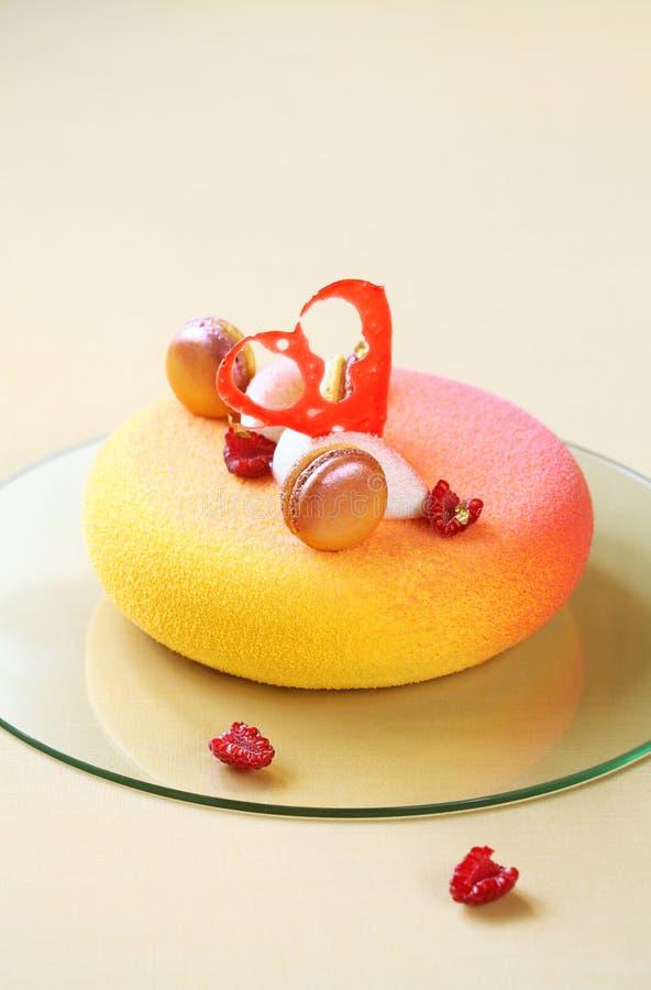 Torta contemporánea de la crema batida, cubierta con el espray coloreado del terciopelo fotos de archivo
