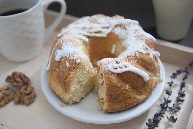 Torta cozida fresca caseiro do pêssego com com a xícara de café imagens de stock