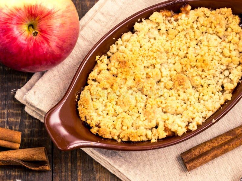 Torta cramble de la manzana hecha en casa Visión superior fotos de archivo