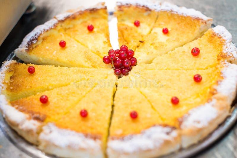 Torta crema con giallo rosso del mirtillo rosso fotografie stock libere da diritti