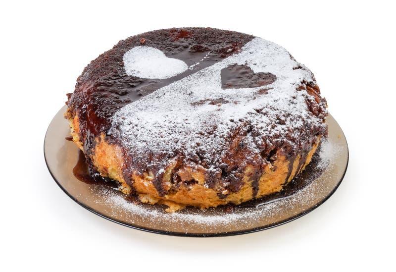 Torta cubierta con el satinado del chocolate, el azúcar en polvo y los corazones s fotografía de archivo libre de regalías