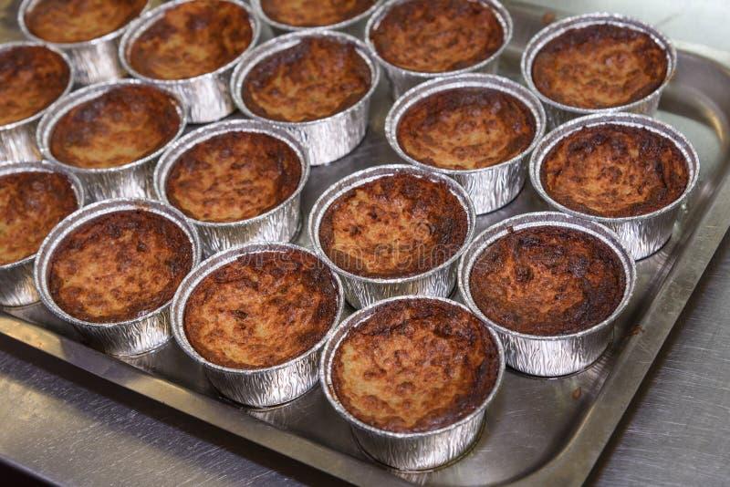 Torta da batata em uma mesa de cozinha do restaurante fotografia de stock