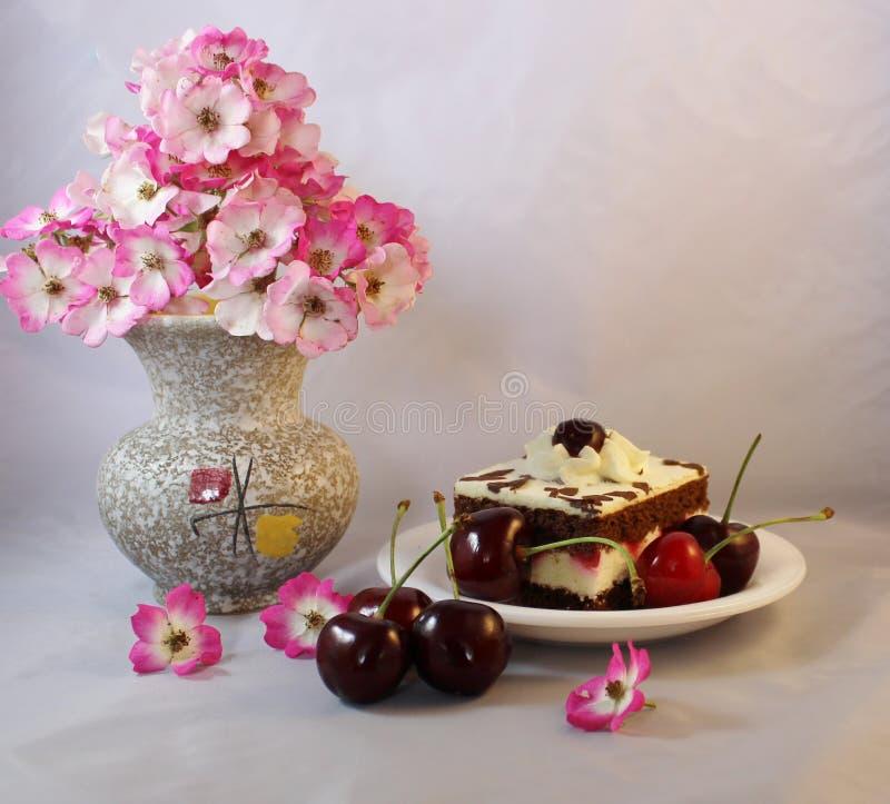Torta da cereja com cerejas fotografia de stock royalty free