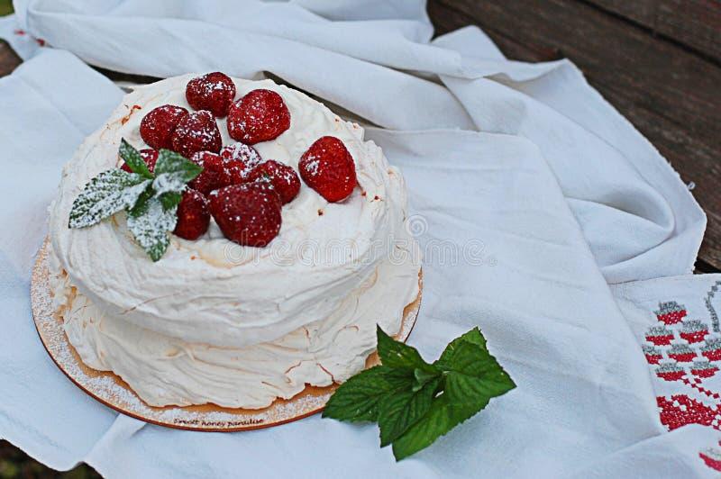 Torta da merengue com morangos foto de stock