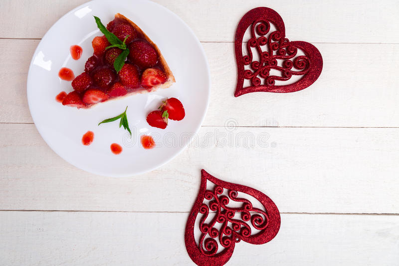 Torta da morango na placa branca e na tabela de madeira branca Uma parte Vista superior romântico Amor Coração imagens de stock royalty free