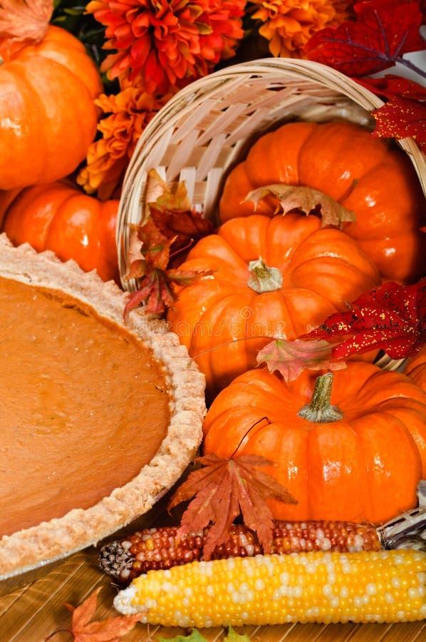 Torta de abóbora com folhas e abóboras de outono. imagem de stock royalty free
