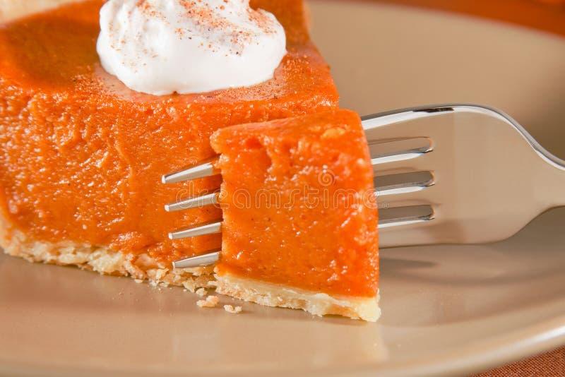 Torta de abóbora com forquilha fotografia de stock