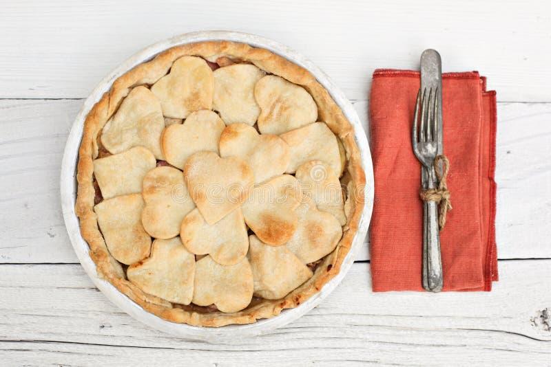 A torta de Apple com coração deu forma à cobertura da crosta com quadro foto de stock royalty free