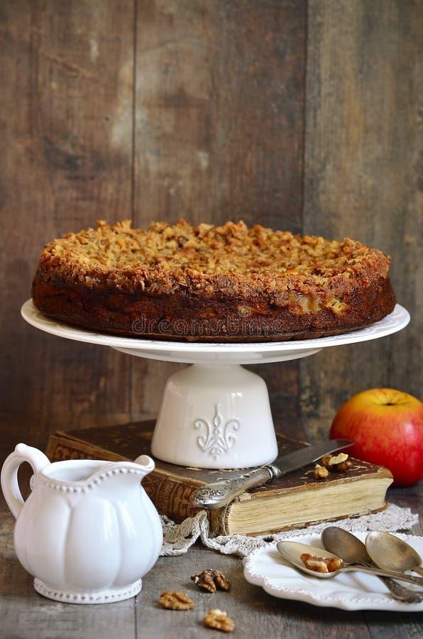 Torta de Apple com o esmalte da noz e do açúcar fotografia de stock