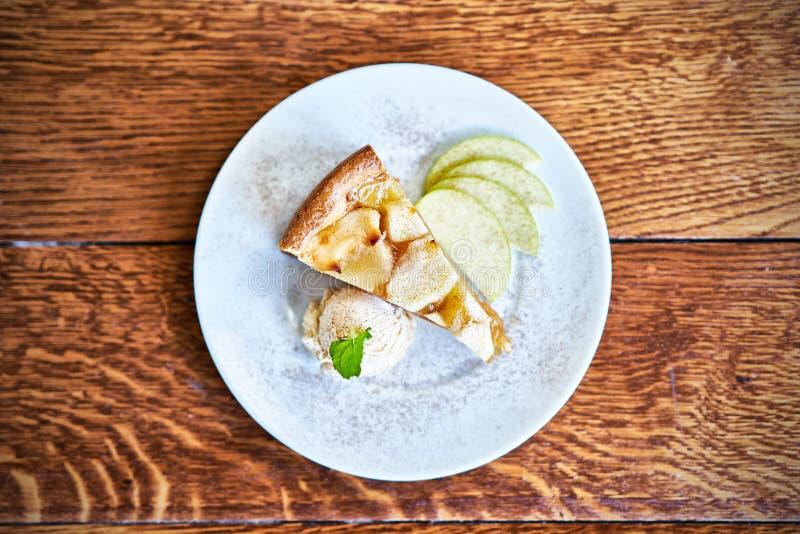 Torta de Apple e gelado fotos de stock