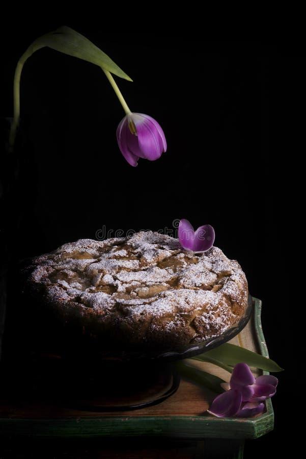 Torta de Apple y de la baya con las decoraciones florales en las piezas centrales fotografía de archivo