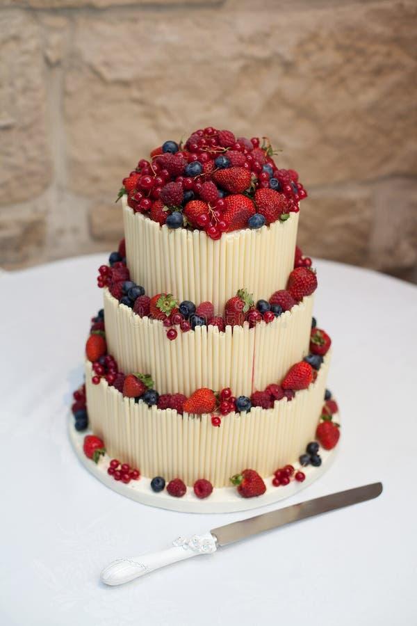 Torta de boda con gradas tres imagen de archivo