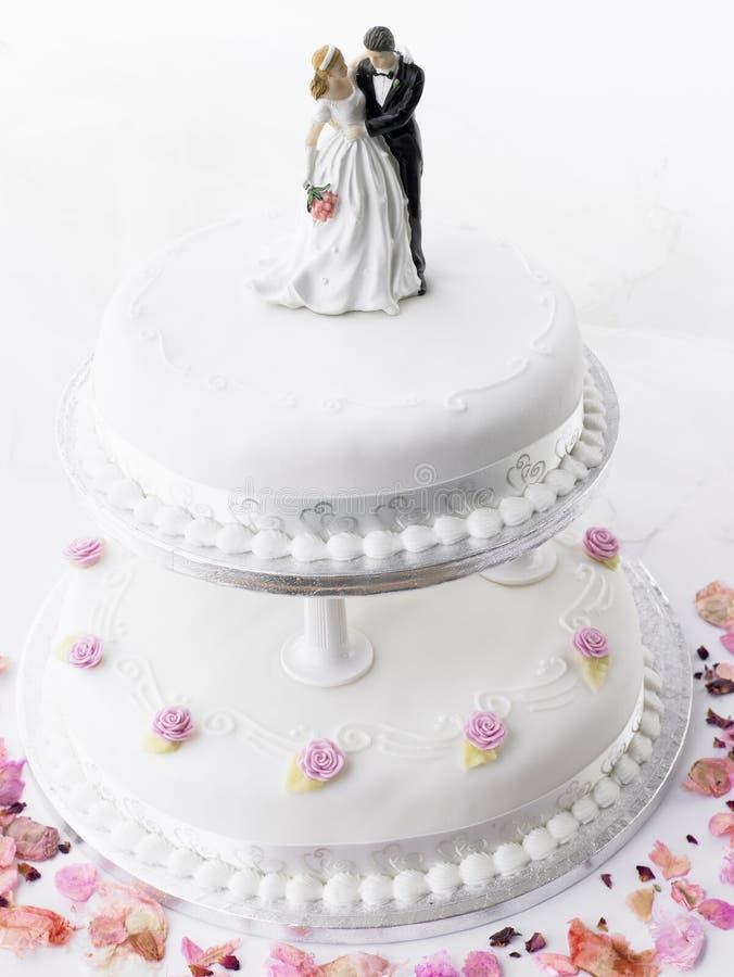 Torta de boda con la novia y el novio fotos de archivo
