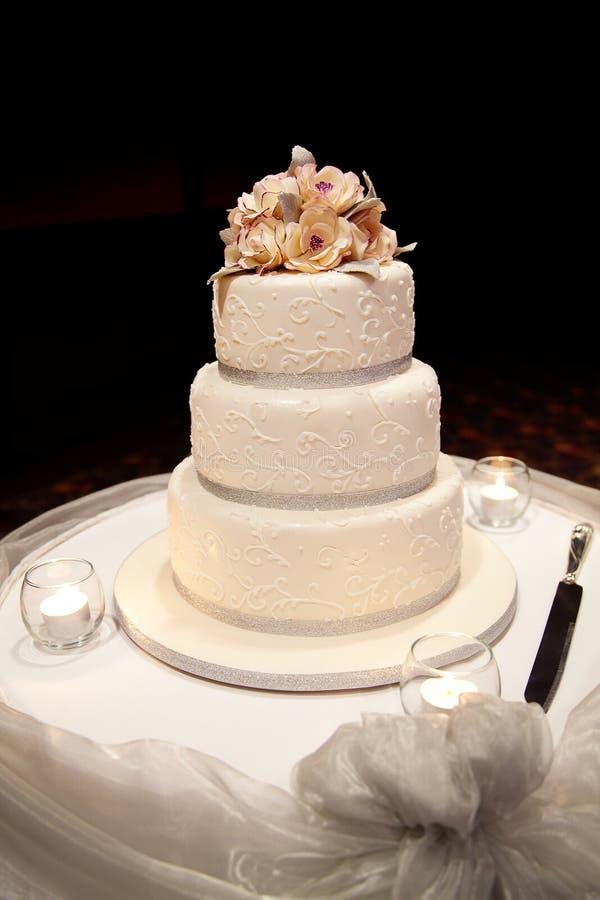 Torta de boda con las flores imágenes de archivo libres de regalías