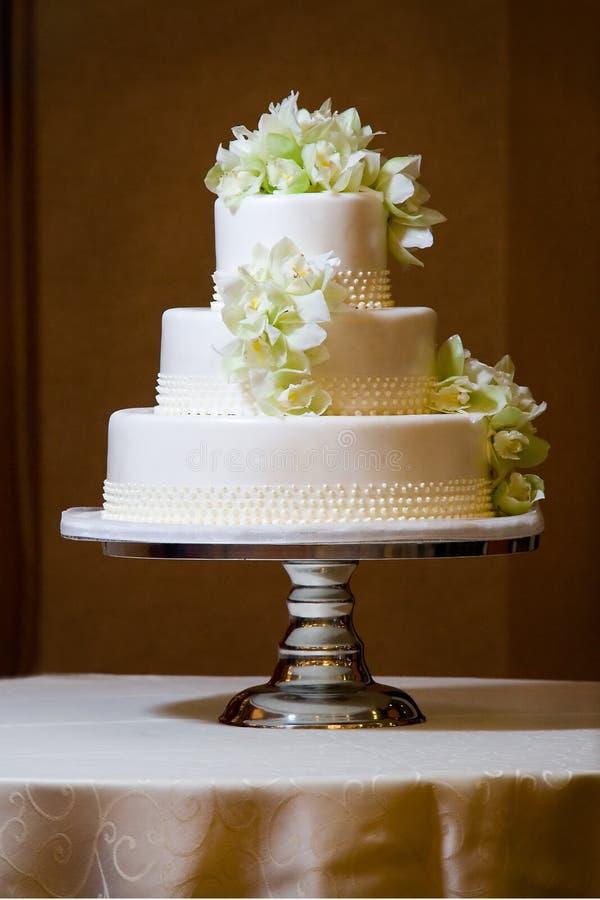Torta de boda con las orquídeas imagenes de archivo