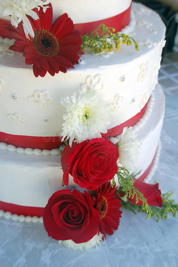 Torta De Boda Con Las Rayas Y Las Flores Rojas Foto de archivo