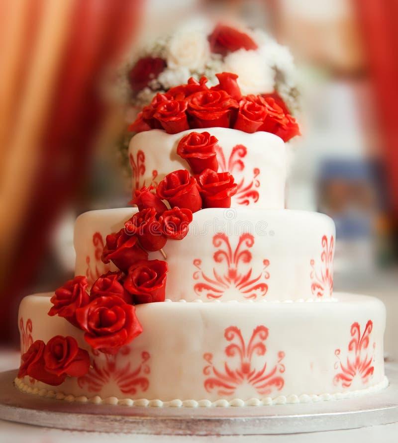 Torta de boda con las rosas imagenes de archivo
