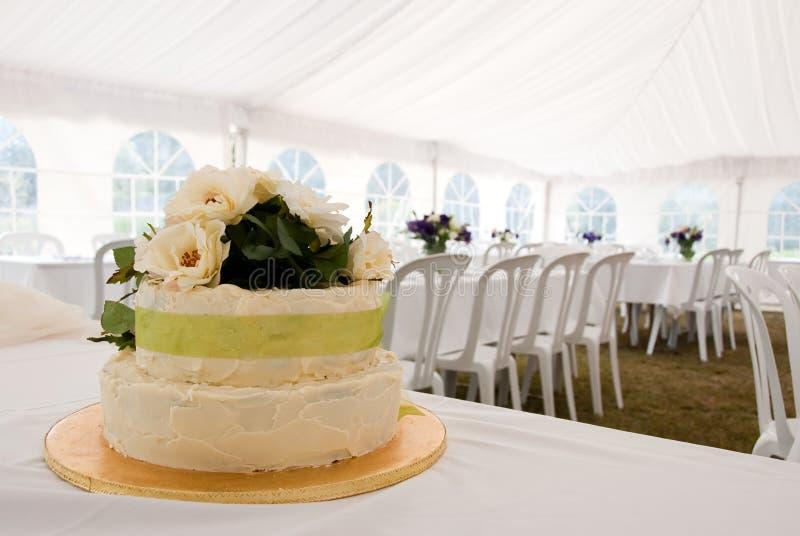Torta de boda en carpa foto de archivo