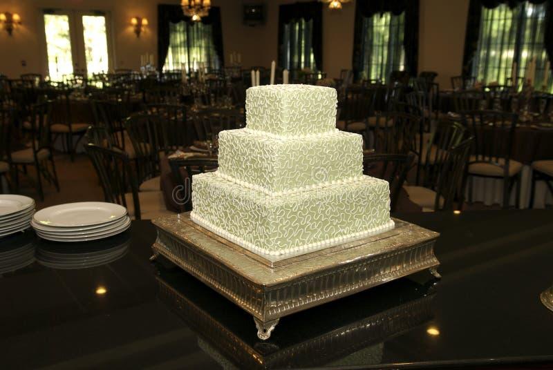 Torta de boda en la recepción imagenes de archivo