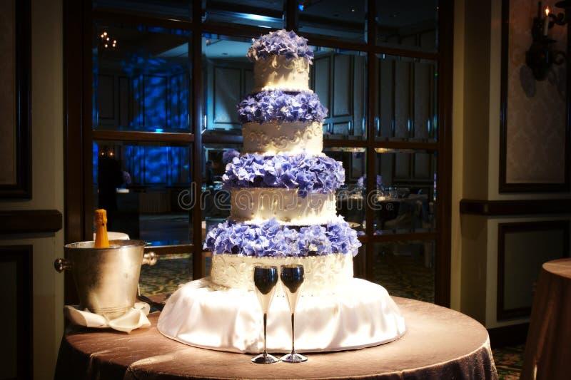 Torta de boda hermosa en una recepción nupcial fotografía de archivo libre de regalías