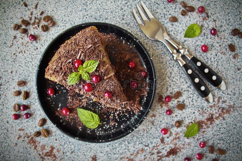 Torta de café hecha en casa deliciosa con el chocolate y los arándanos oscuros imagen de archivo libre de regalías