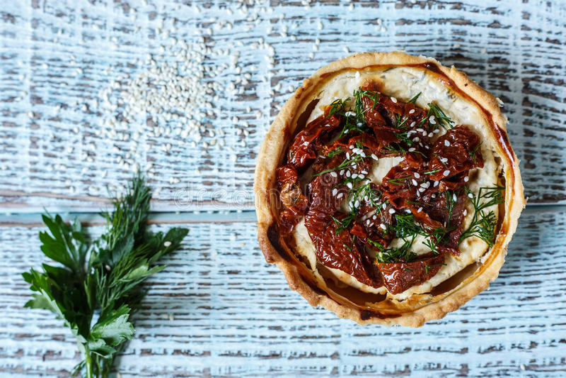 Torta de carne australiana na tabela, uma vista superior horizontal, estilo rústico fotos de stock royalty free