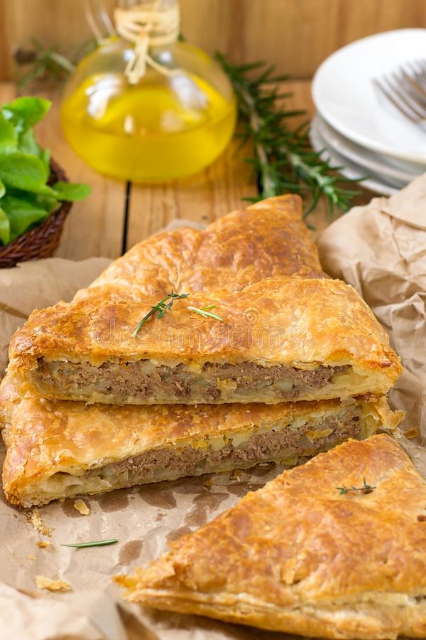 Torta de carne com massa folhada, carne triturada e batatas fotos de stock