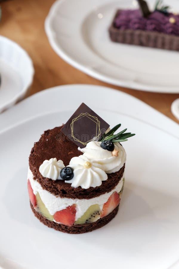 Torta de chocolate con crema y fruta del azote imagenes de archivo