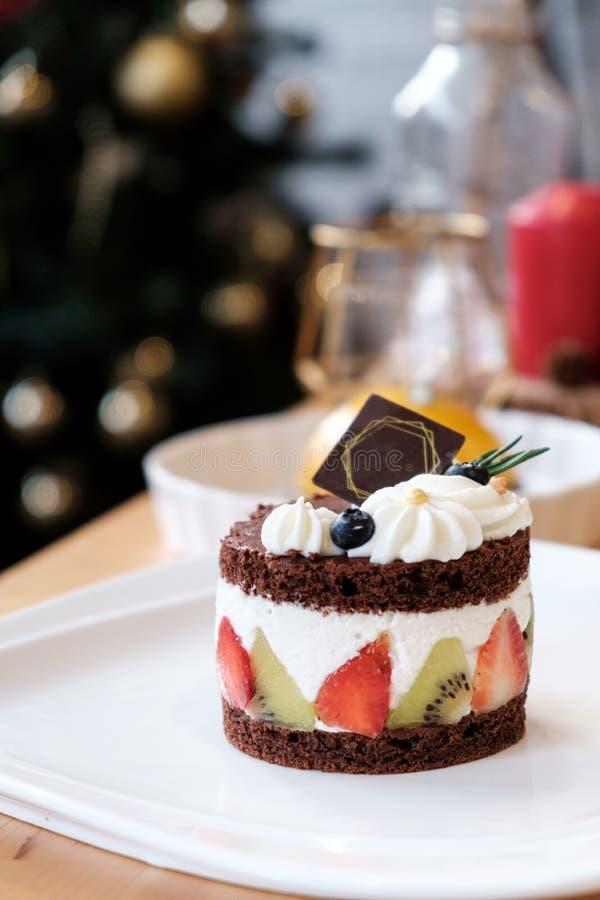 Torta de chocolate con crema y fruta del azote foto de archivo