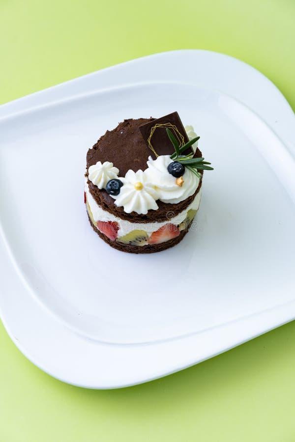 Torta de chocolate con crema y fruta del azote Fije en fondo verde foto de archivo libre de regalías